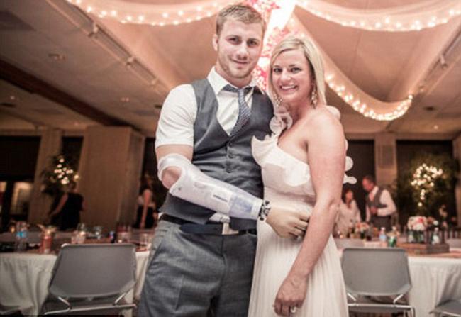 Nhìn hình ảnh đẹp đẽ, ngọt ngào và hạnh phúc trong ngày cưới của đôi vợ chồng trẻ này ai cũng cảm thấy xúc động.