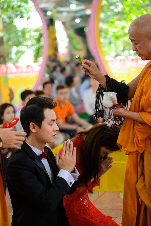 vo chong dang khoi lam hon le theo dao phat - 13