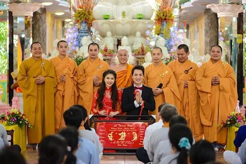 vo chong dang khoi lam hon le theo dao phat - 17