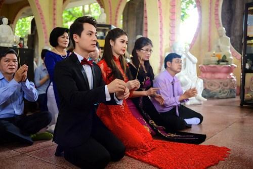 vo chong dang khoi lam hon le theo dao phat - 6