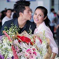 Harry Lu chu môi hôn Việt Trinh giữa sân bay