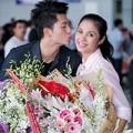 Làng sao - Harry Lu chu môi hôn Việt Trinh giữa sân bay
