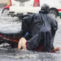Tin tức - Người Sài Gòn ngã nhào trong mưa ngập