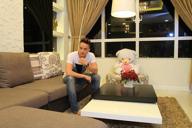 Sau nhiều năm miệt mài trên con đường ca hát, Cao Thái Sơn đã mua được một căn hộ mới, nằm trên tầng 21, có giá hàng triệu USD (từ 21 tỷ đồng trở lên), nằm trong một trong những dự án căn hộ xa xỉ của Sài Gòn. Anh cũng chính là hàng xóm của vợ chồng nữ ca sỹ Cẩm Ly.