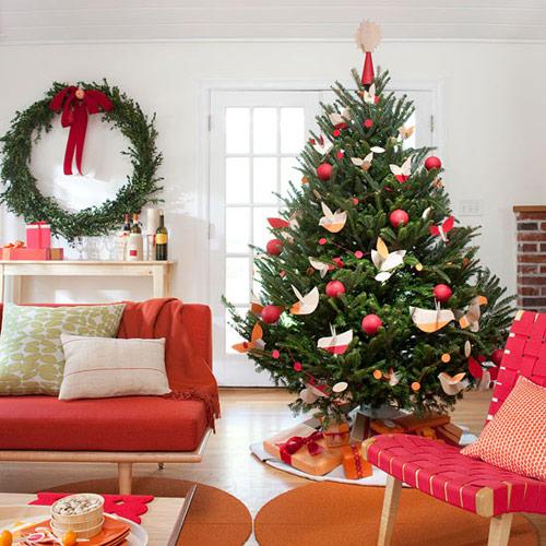 Những xu hướng trang trí hiện đại thường làm nổi bật được vẻ đẹp tự nhiên của cây thông Noel.