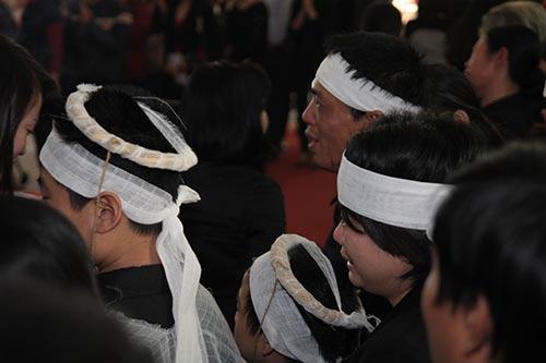 hai con trai gao khoc trong tang le chi huyen - 11