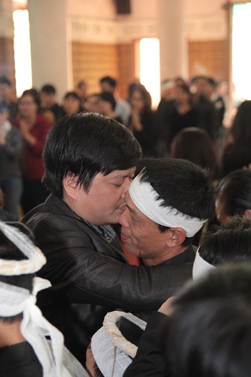 hai con trai gao khoc trong tang le chi huyen - 10