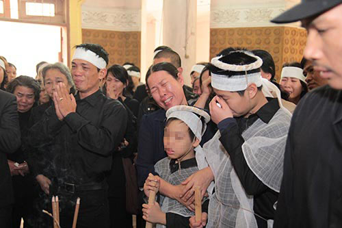 hai con trai gao khoc trong tang le chi huyen - 6