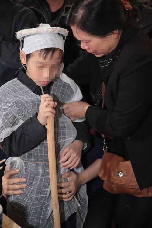 hai con trai gao khoc trong tang le chi huyen - 9