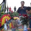Tin tức - Lập mộ gió bằng vòng hoa dưới chân cầu Thanh Trì