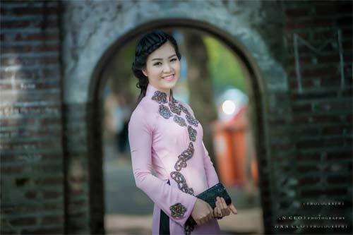 a hau thuy van dep khong ti vet voi ao dai tim - 5