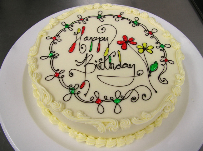 Một chiếc bánh sinh nhật trong có vẻ đơn giản nhưng