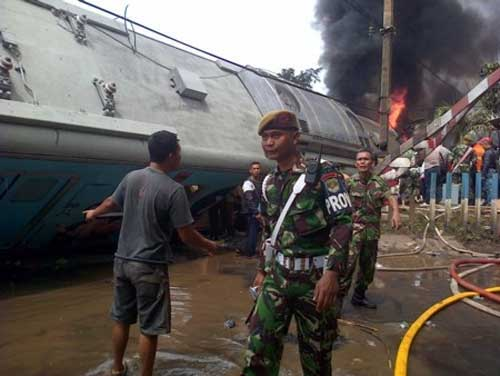 indonesia: tau hoa dam xe dau, boc chay du doi - 2