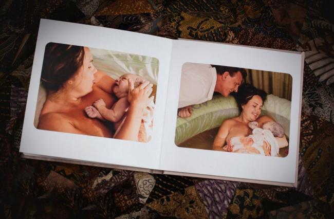 Bộ ảnh sinh con dưới nước này được thực hiện bởi nhiếp ảnh gia Tricia Krefetz. Nhân vật chính trong bộ ảnh là sản phụ Mindy khi cô sinh đứa con đầu lòng. Cùng với nữ hộ sinh, Mindy cũng được sự giúp đỡ tận tình của chồng trong lúc đau đẻ và vượt cạn.  Chia sẻ về bộ ảnh này, nhiếp ảnh gia Tricia Krefetz hài hước nói: 'Tôi cá rằng bạn sẽ xem album này nhiều hơn gấp n lần so với album ảnh cưới.'  Bộ ảnh đã ghi lại quá trình sinh con bằng phương pháp sinh thường dưới nước từ khi sản phụ bắt đầu có dấu hiệu đau để đến hết hành trình. Sinh con dưới nước tuy còn khá mới mẻ với các mẹ Việt Nam nhưng ở nước ngoài phương pháp này rất phổ biến và mang lại nhiều lợi ích nhất định.  Bộ ảnh đã được dựng thành một album sinh con khá đẹp mắt. Nếu chị em chưa tưởng tượng được quá trình sinh con dưới nước diễn ra như thế nào, hãy cùng lật từng trang của bộ ảnh này nhé!