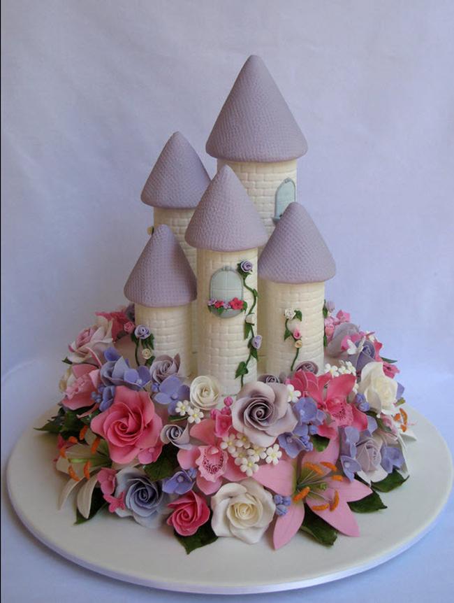 Những chiếc bánh sinh nhật dành cho các bé gái thường là rất đẹp, lỗng lẫy và nhiều màu sắc, kiểu dáng khác nhau.  Đây là một chiếc bánh có tạo hình lâu đài với đủ thứ màu hoa đang khoe sắc. Chắc chắn bé sẽ thích vô cùng. Với những bé gái yêu thích truyện cổ tích thì đây hẳn là một món quà đầy ý nghĩa trong sinh nhật của mình.