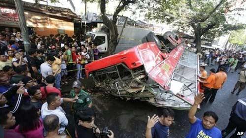 philippines: xe buyt roi trung xe tai, 21 nguoi chet - 1