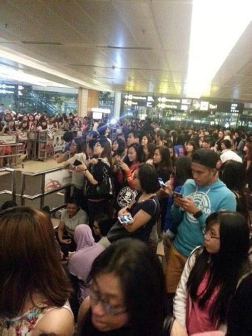 "2000 fans singapore bao vay ""kim tan"" - 1"