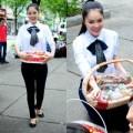 Làng sao - Dương Cẩm Lynh giản dị xuống phố bán kẹo