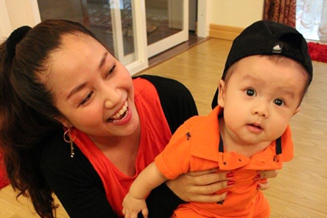 Coca (tên thật: Xuân Lâm) là con trai đầu lòng của vợ chồng nữ diễn viên 'Cô gái xấu xí'. Cậu bé tròn 2 tuổi vào tháng 6 vừa qua và hiện giờ đang đi nhà trẻ tại một trường mầm non tư thục ơ TP.HCM