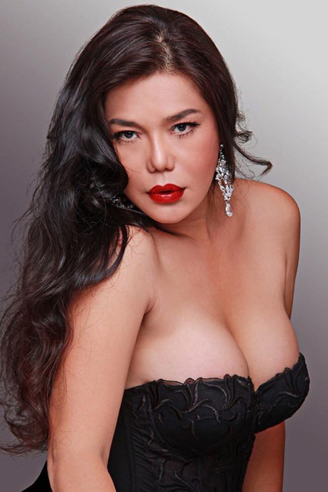 Gần như là người chuyển giới đầu tiên của Việt Nam được biết đến, Cindy Thái Tài có vẻ đẹp khá bốc lửa.