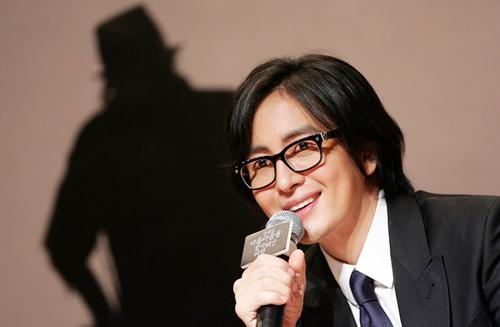 lo danh tinh ban gai cua bae yong joon - 1
