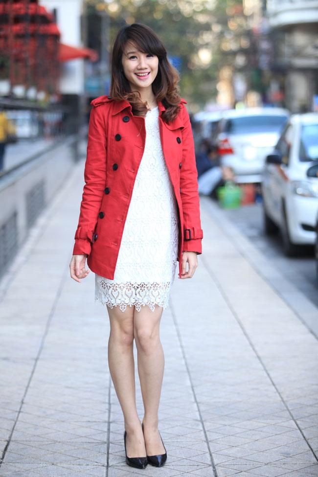 Qúy cô khéo kết hợp chiếc đầm ren trắng thật nổi bật cùng áo măng tô màu đỏ. Một bộ đôi quá hoàn hảo trong những ngày giáng sinh sôi động.