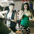 Làng sao - Trương Nhi diện tất rách đi chơi cùng bạn trai