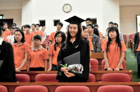 thuy trang - a hau khong dam me showbiz - 3