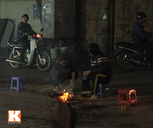 ha noi: co ro dot lua suoi am ven duong - 13