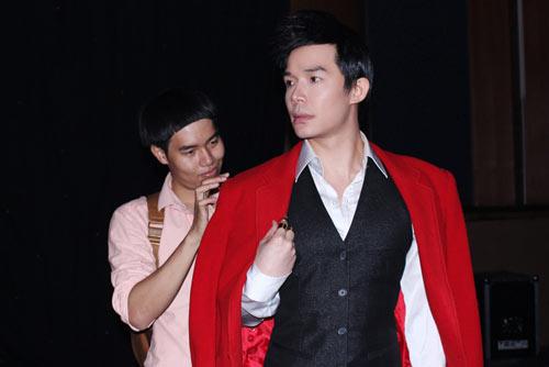 "nathan lee ""khon kho"" tap hat - 2"