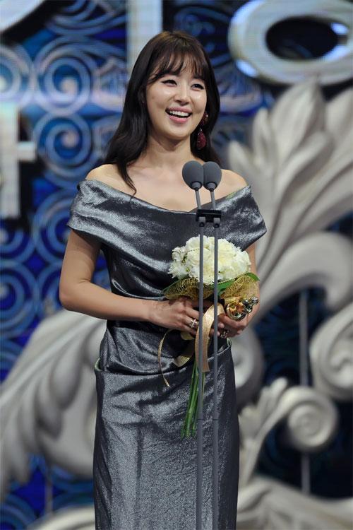 "ha ji won nhan ""cu dup"" tai le trao giai dai mbc - 14"