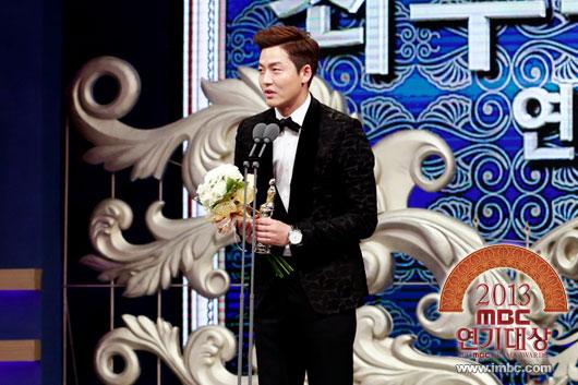 "ha ji won nhan ""cu dup"" tai le trao giai dai mbc - 15"
