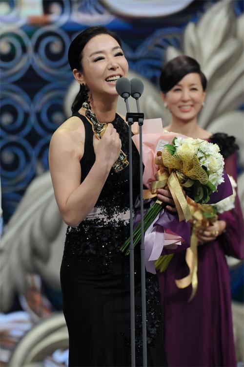 "ha ji won nhan ""cu dup"" tai le trao giai dai mbc - 16"