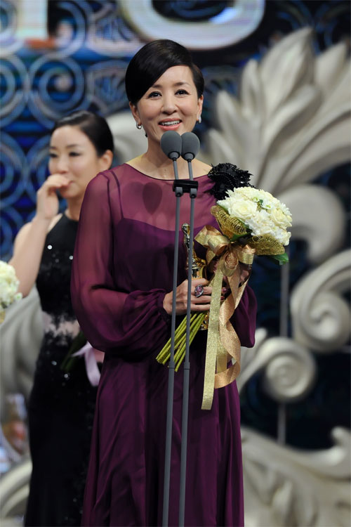 "ha ji won nhan ""cu dup"" tai le trao giai dai mbc - 17"