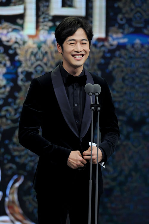 "ha ji won nhan ""cu dup"" tai le trao giai dai mbc - 19"