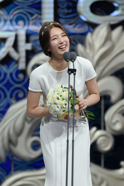 "ha ji won nhan ""cu dup"" tai le trao giai dai mbc - 6"