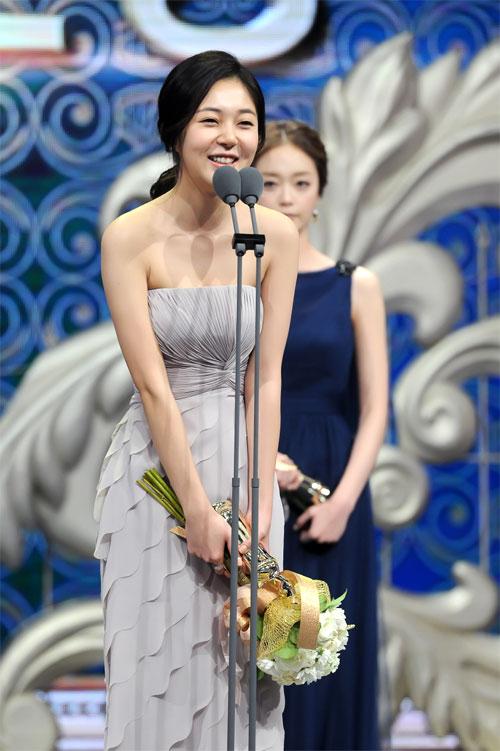 "ha ji won nhan ""cu dup"" tai le trao giai dai mbc - 10"