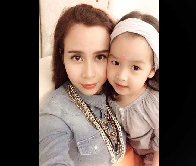 Cô con gái cưng của cặp đôi HLV Giọng hát Việt Nhí Hồ Hoài Anh - Lưu Hương Giang rất ít khi lộ mặt với truyền thông. Tuy nhiên, cô bé có tiếng là xinh xắn và sở hữu nhiều nét đẹp như lai Tây, đặc biệt là làn da trắng bóc.