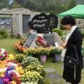 Làng sao - Mẹ Choi Jin Sil khóc nức nở bên mộ của hai con