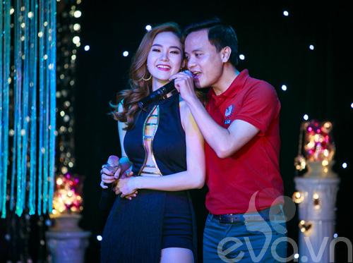 minh hang tinh cam voi fan nam tren san khau - 9