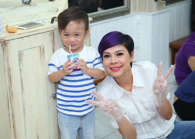 Jacky Minh Trílà con trai của em gái Thanh Thảo và ca sĩ Ngô Kiến Huy. Tuy vậy từ khi Jacky chào đời, Thanh Thảo đã dành nhiều tình thương để chăm sóc, nuôi dạy cậu bé. Búp bê cũng vừa hoàn tất những thủ tục cần thiết để chính thức nhận cậu bé làm con nuôi.