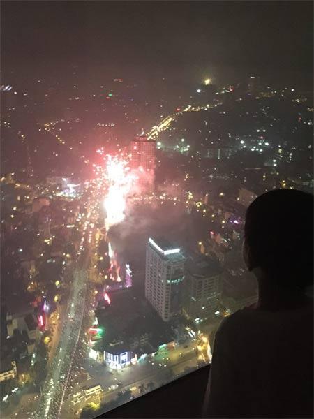 Subeo cùng bố ngắm pháo hoa ở Hà Nội-1
