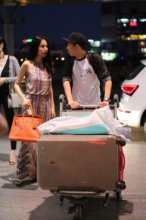 Thủy Tiên mang dép bệt, khoe mặt mộc ngoài sân bay-6