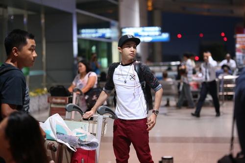 Thủy Tiên mang dép bệt, khoe mặt mộc ngoài sân bay-7