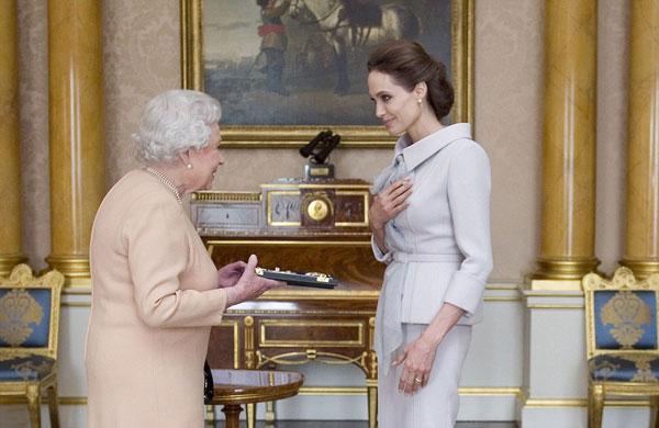 Angelina Jolie thanh lịch diện kiến Nữ hoàng Anh-1