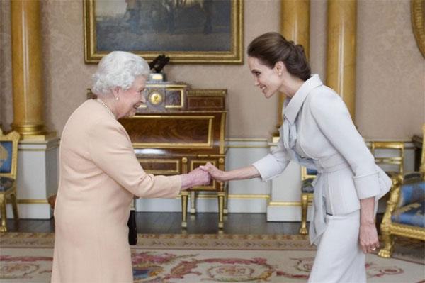Angelina Jolie thanh lịch diện kiến Nữ hoàng Anh-2