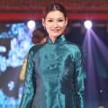 Hậu trường - Trương Tùng Lan diễn BST áo dài của Võ Thùy Dương
