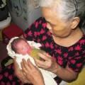 Tin tức - Trẻ sơ sinh 2 ngày tuổi bị bỏ rơi trước cổng nhà cụ già