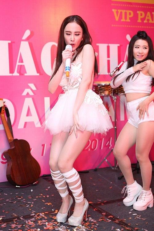 "angela phuong trinh kho ""de bep"" ve sexy vo hoang yen - 16"