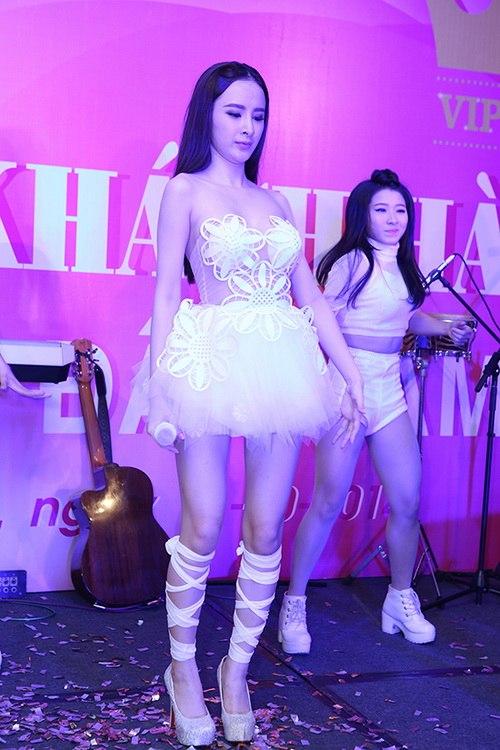 "angela phuong trinh kho ""de bep"" ve sexy vo hoang yen - 18"